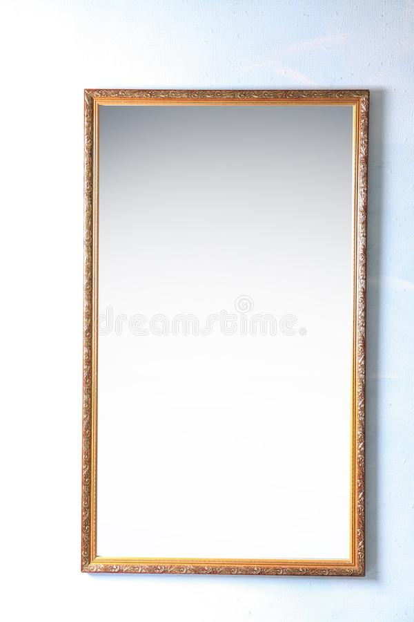 Bello grande specchio sulla parete immagine stock