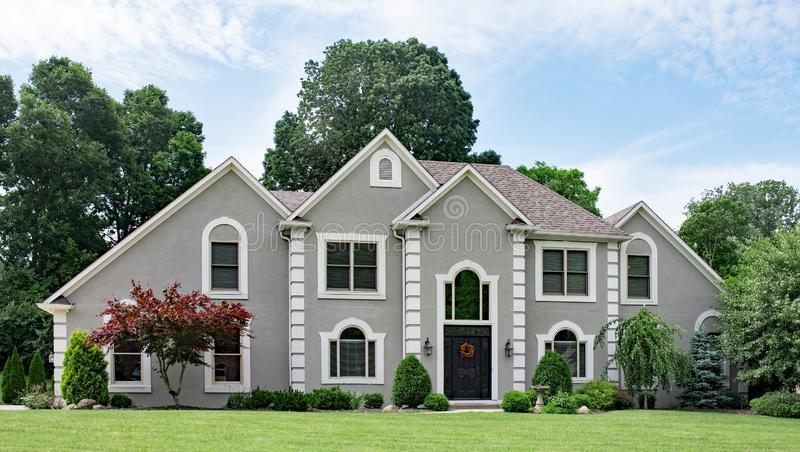 Bello Gray Stucco Luxury Home fotografie stock
