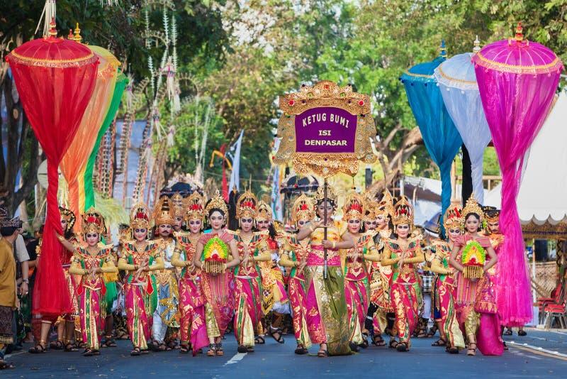 Bello gruppo della gente di balinese in sarongs variopinti sulla parata immagini stock libere da diritti