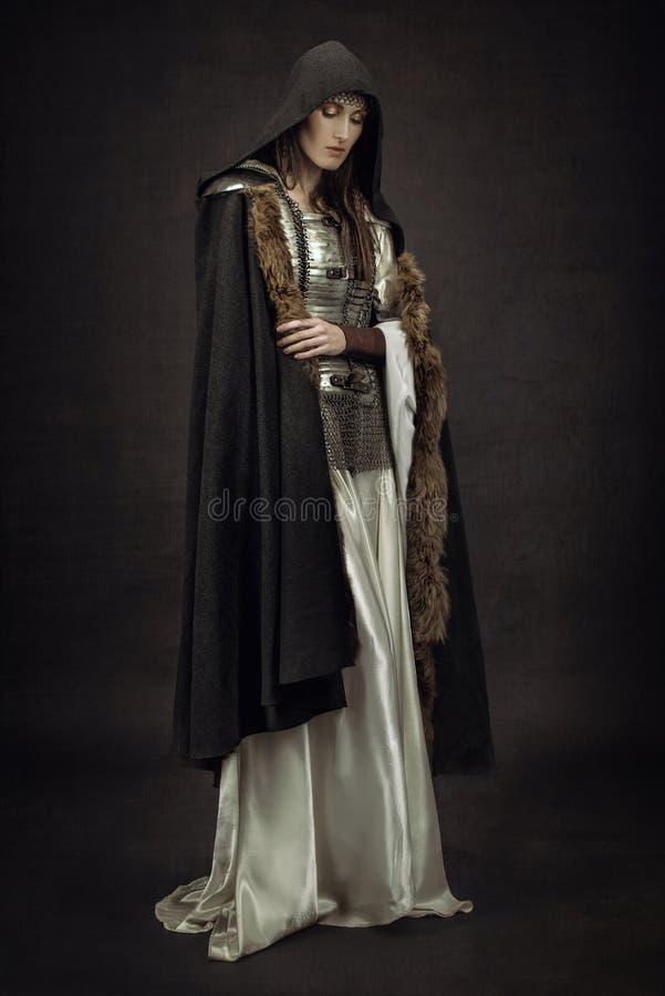 Bello guerriero della ragazza in vestiti medievali fotografia stock
