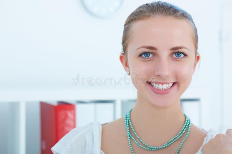 Bello impiegato di concetto femminile caucasico sorridente che esamina macchina fotografica Riuscito concetto del lavoro immagine stock