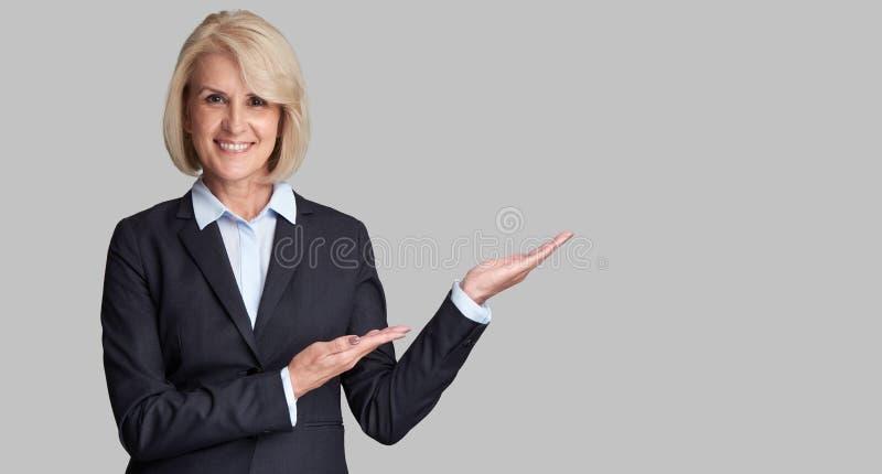 Bello indicare senior della donna di affari fotografia stock libera da diritti