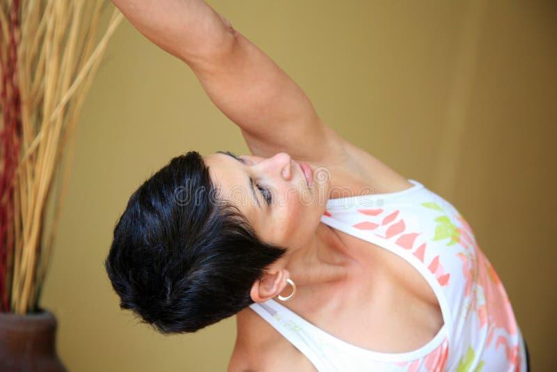 Bello insegnante di yoga immagine stock