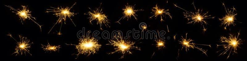 Bello insieme della stella filante bruciante isolato su fondo nero immagine stock