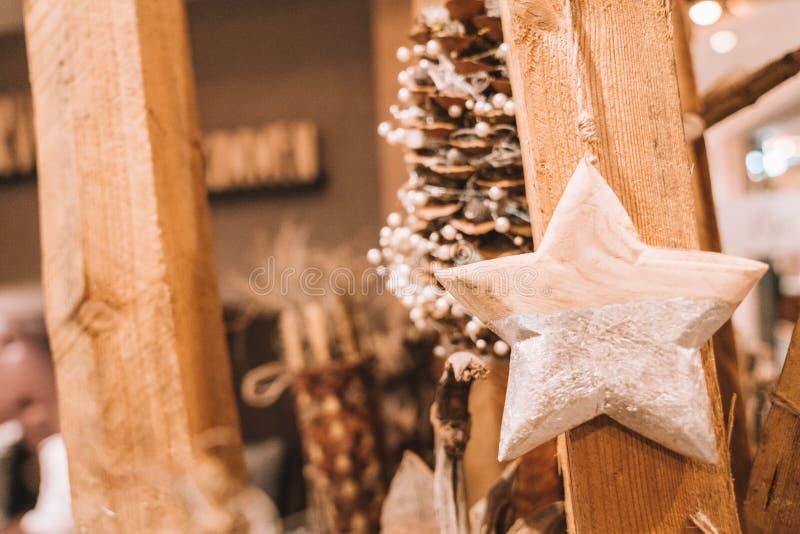 Bello interior design di legno con le candele accoglienti immagini stock libere da diritti