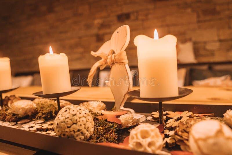 Bello interior design di legno con le candele accoglienti fotografia stock libera da diritti