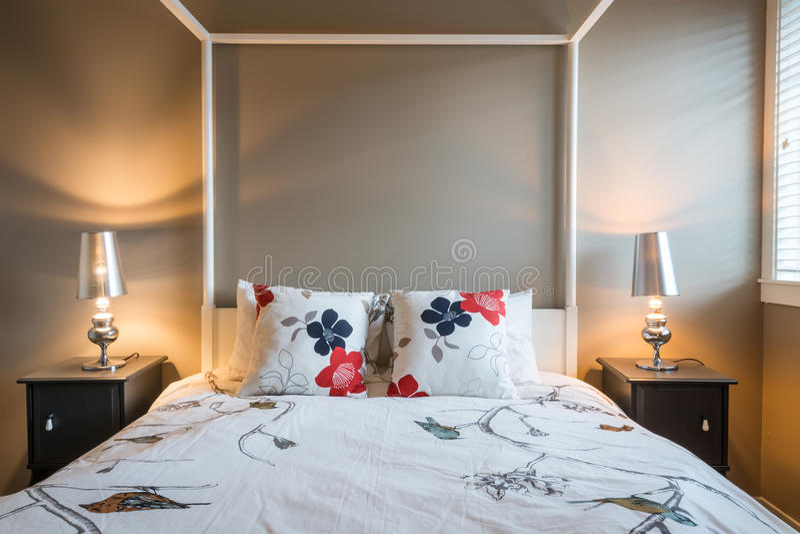 Bello interior design rustico della camera da letto fotografia stock libera da diritti