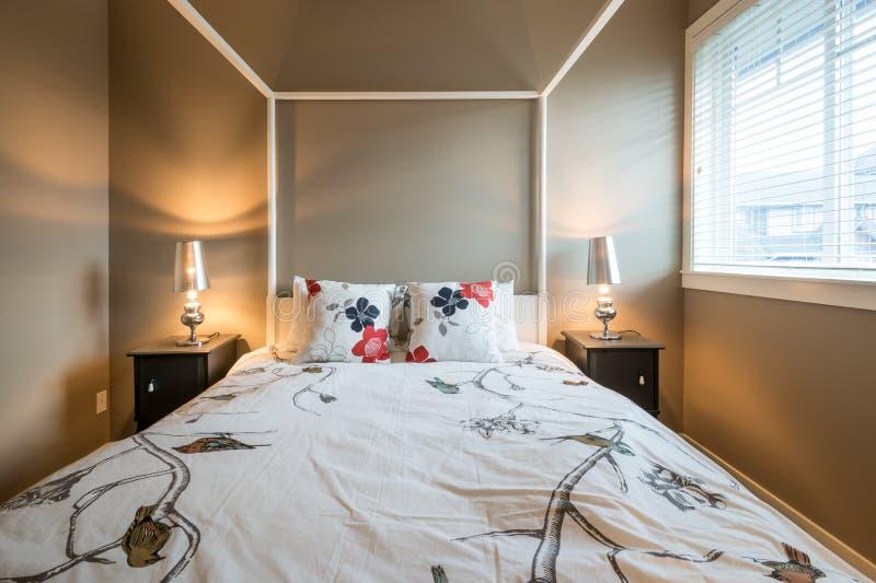 Bello interior design rustico della camera da letto fotografie stock