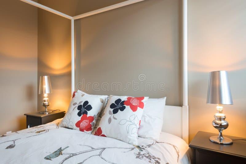 Bello interior design rustico della camera da letto fotografie stock libere da diritti