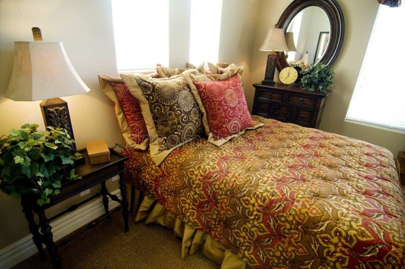 Bello interiore della camera da letto della vetrina fotografie stock