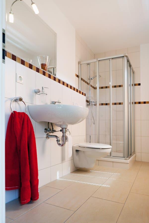 Bello interiore di una stanza da bagno moderna fotografia stock