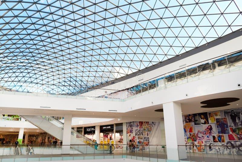Bello interno del centro commerciale mega di MAG con un vetro immagine stock libera da diritti