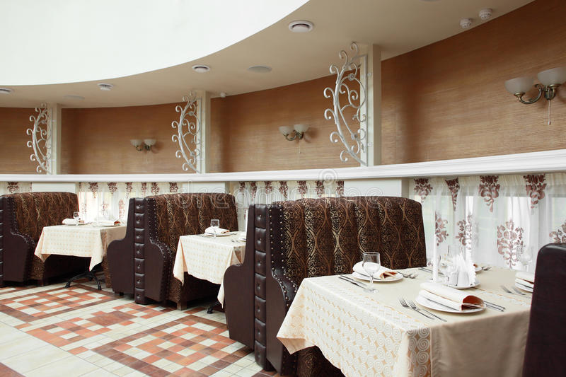 Bello interno del ristorante moderno fotografie stock