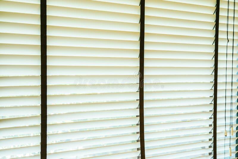 Bello interno della decorazione della finestra dei ciechi di stanza immagini stock libere da diritti
