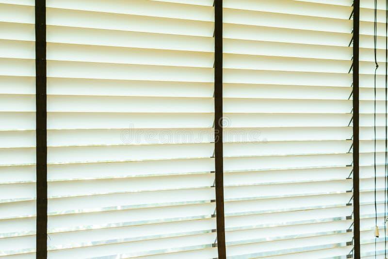 Bello interno della decorazione della finestra dei ciechi di stanza immagine stock