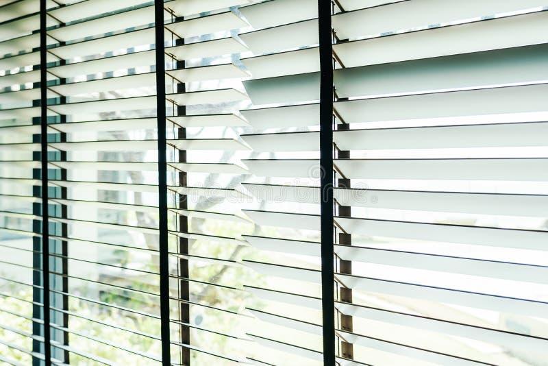 Bello interno della decorazione della finestra dei ciechi di stanza fotografia stock
