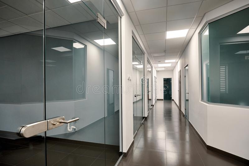 Bello interno moderno dell'ufficio con una porta di vetro immagine stock