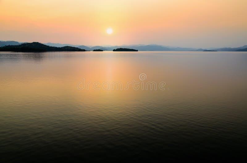 Bello lago al tramonto fotografie stock libere da diritti