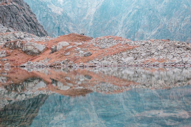 Bello lago circondato dalle alte montagne immagine stock libera da diritti
