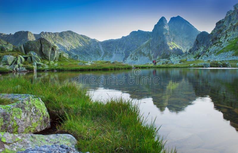 Bello lago con la riflessione della montagna in Retezat, Romania immagini stock