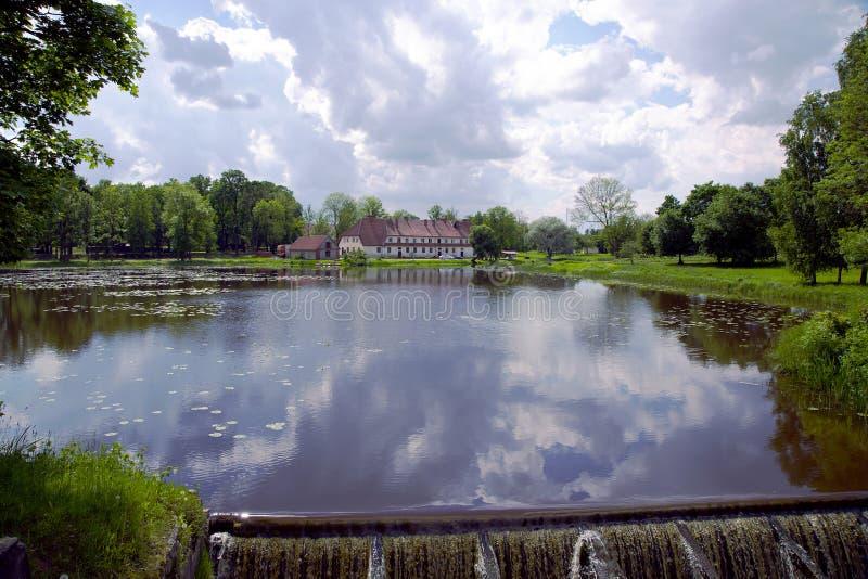 Bello lago con una piccola cascata immagine stock