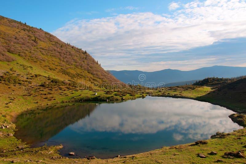 Bello lago della montagna sulla cresta di Vorozheska Svydovets l'ucraina carpathians fotografie stock