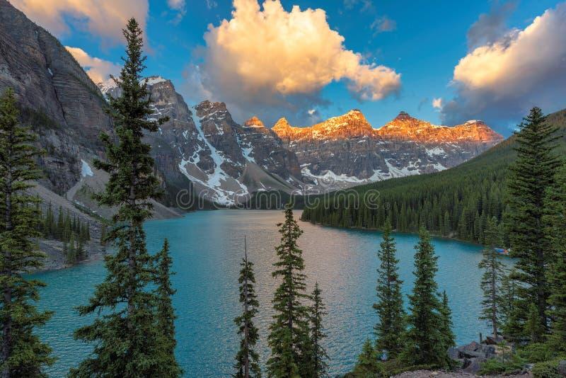 Bello lago moraine ad alba immagini stock