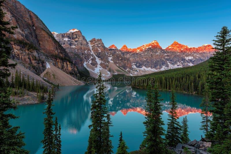 Bello lago moraine ad alba nel parco nazionale di Banff fotografia stock
