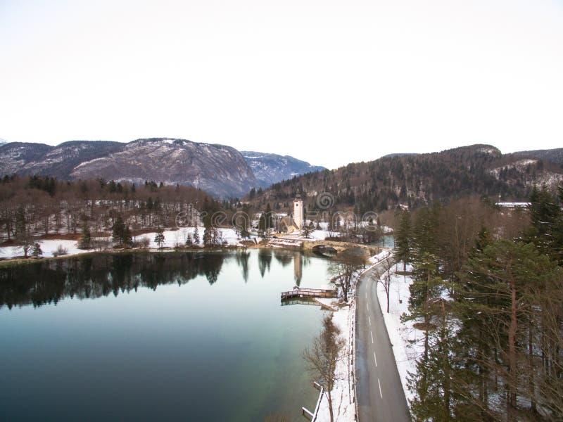 Bello lago mountain in Bohinj, Slovenia all'inverno fotografia stock