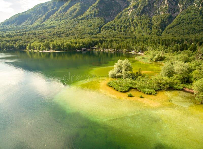 Bello lago mountain del turchese ad estate immagini stock