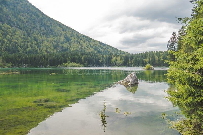 Bello lago mountain del turchese in Belopeska, Italia fotografia stock libera da diritti