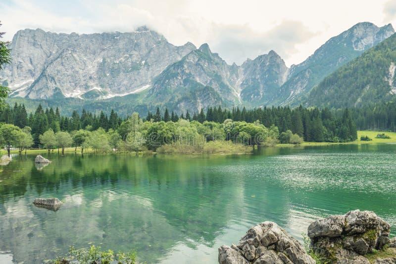 Bello lago mountain del turchese in Belopeska, Italia fotografie stock