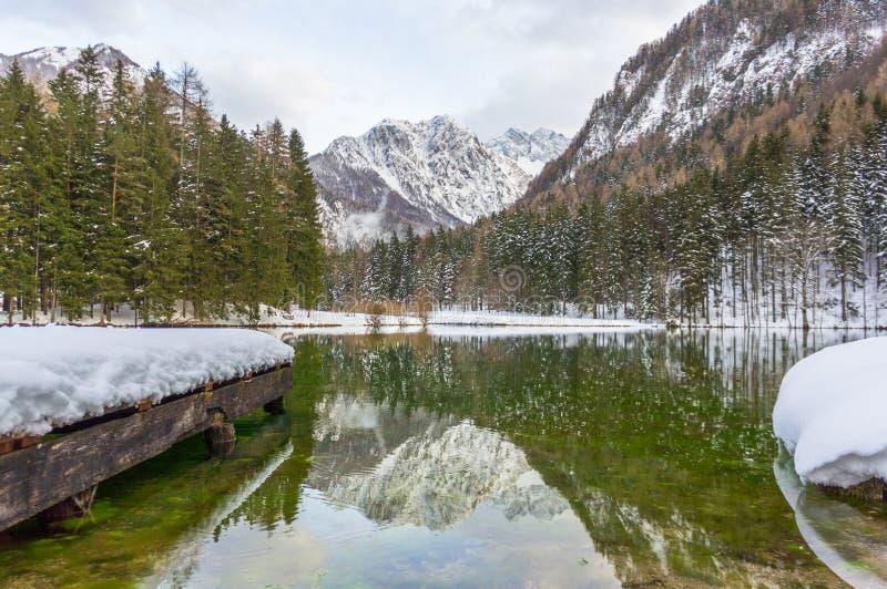 Bello lago mountain in Jezersko, Slovenia all'inverno fotografie stock libere da diritti