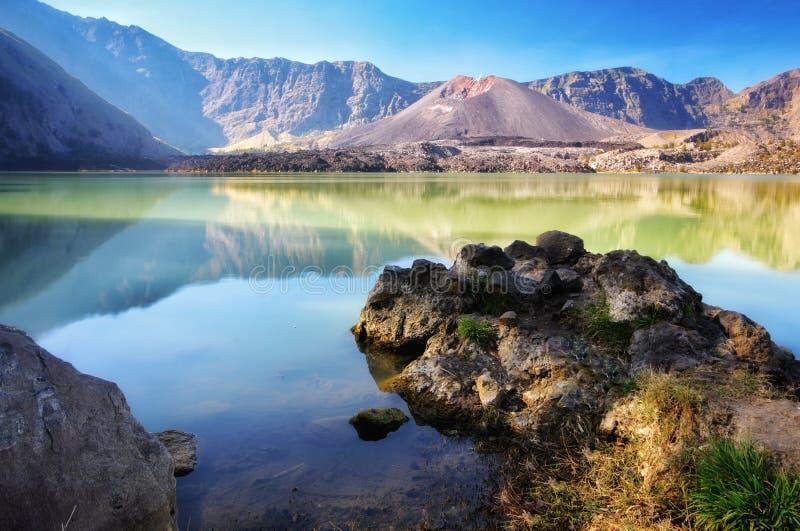 Bello lago Segara Anak del fondo della natura nel primo mattino Il supporto Rinjani è un vulcano attivo in Lombok, Indonesia immagine stock