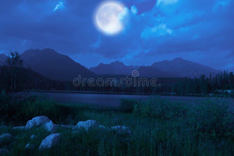 Bello lago Strbske Pleso fotografia stock