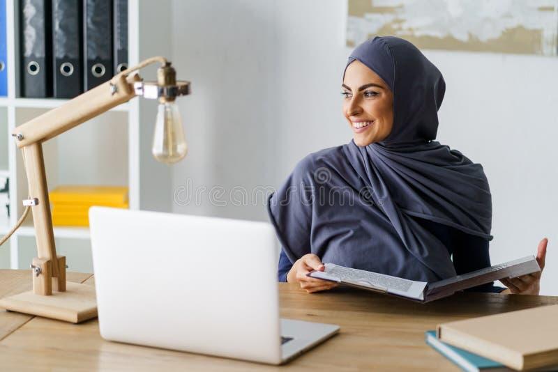 Bello lavoro arabo della donna fotografie stock libere da diritti