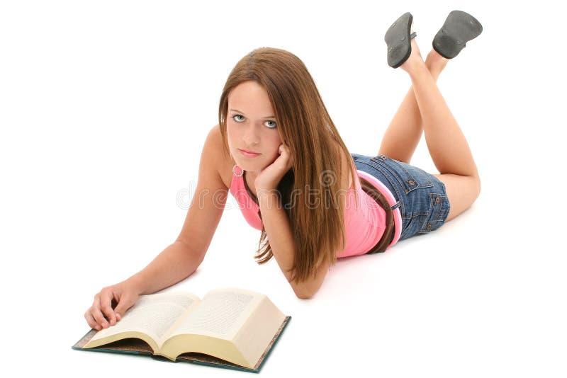 Bello libro di lettura teenager della ragazza di 14 anni fotografia stock libera da diritti