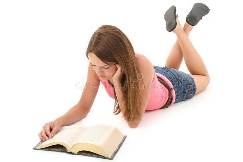 Bello libro di lettura teenager della ragazza di 14 anni fotografie stock libere da diritti