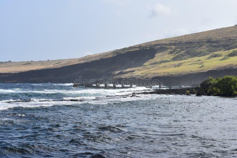 Bello litorale costiero in Hawai con le onde che si schiantano lentamente sulla riva fotografie stock libere da diritti