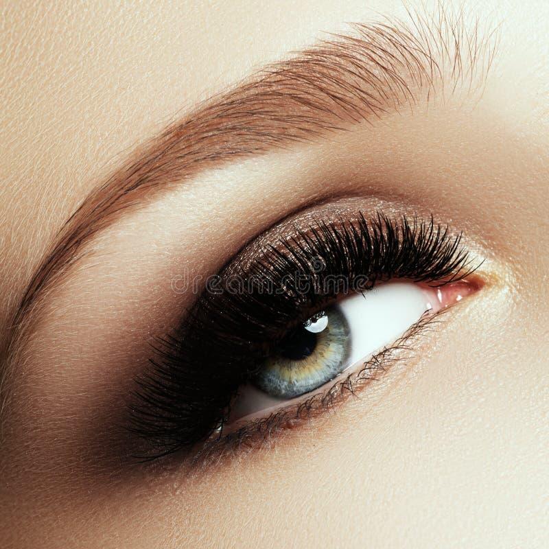 Bello macro colpo dell'occhio femminile con i cigli lunghi estremi fotografia stock