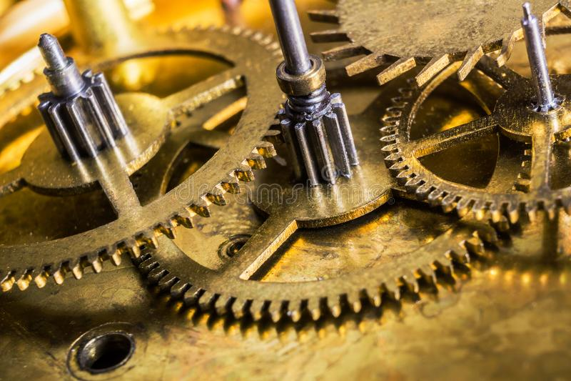 Bello macro primo piano sul meccanismo del movimento a orologeria con gli ingranaggi immagini stock libere da diritti