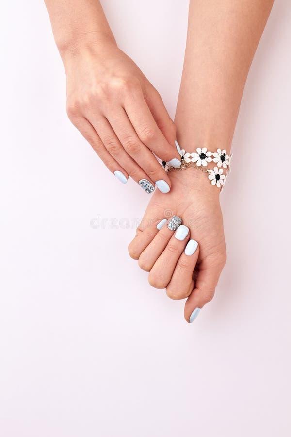 Bello manicure Braccialetto floreale sveglio immagine stock