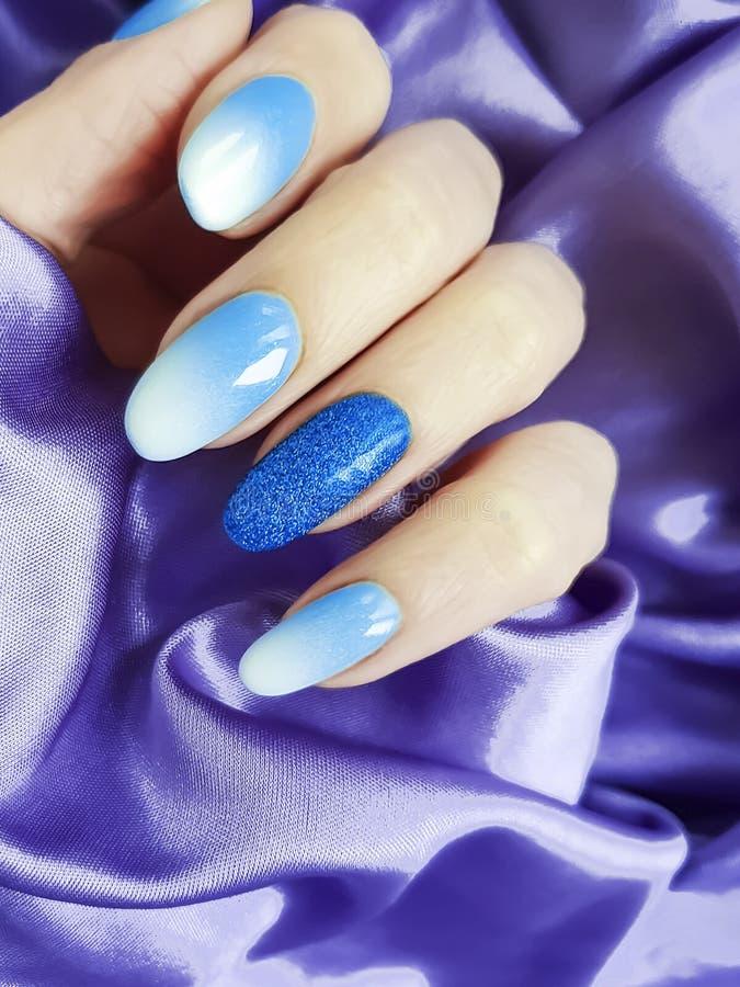Bello manicure della mano femminile, eleganza del tessuto di seta di fascino immagine stock libera da diritti