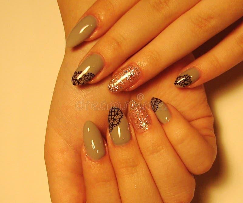 Bello manicure grigio con progettazione sulle unghie lunghe immagini stock libere da diritti