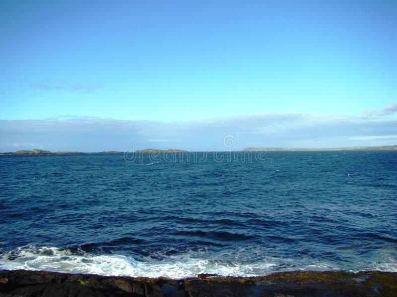 Bello mare blu da qualche parte in Irlanda fotografia stock