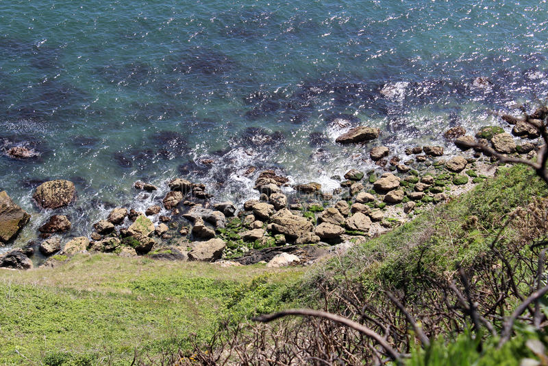 Bello mare, Howth, Dublin Bay, l'Irlanda, rocce, scogliera e pietre fotografia stock libera da diritti