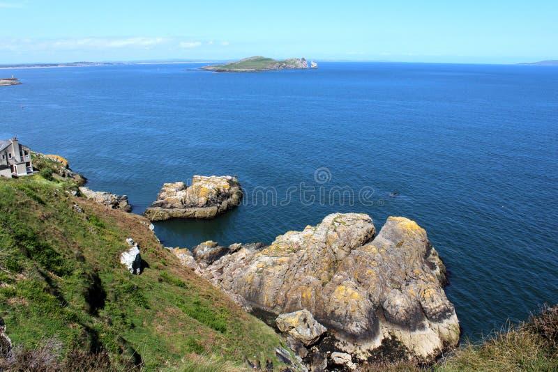 Bello mare, Howth, Dublin Bay, l'Irlanda, rocce, scogliera e pietre immagine stock
