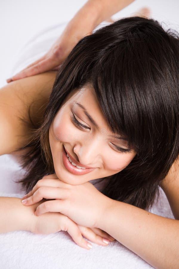 Bello massaggio asiatico della stazione termale della donna immagini stock libere da diritti