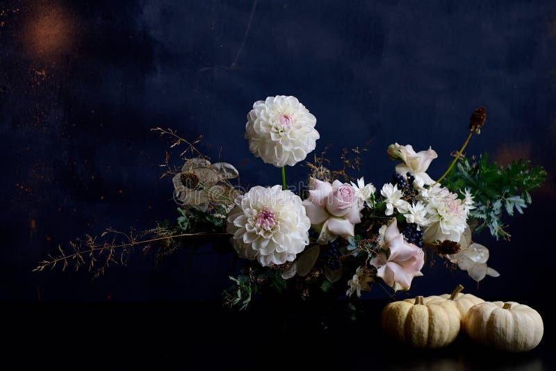 Bello mazzo bianco dei peones sulla tavola nera fotografia stock