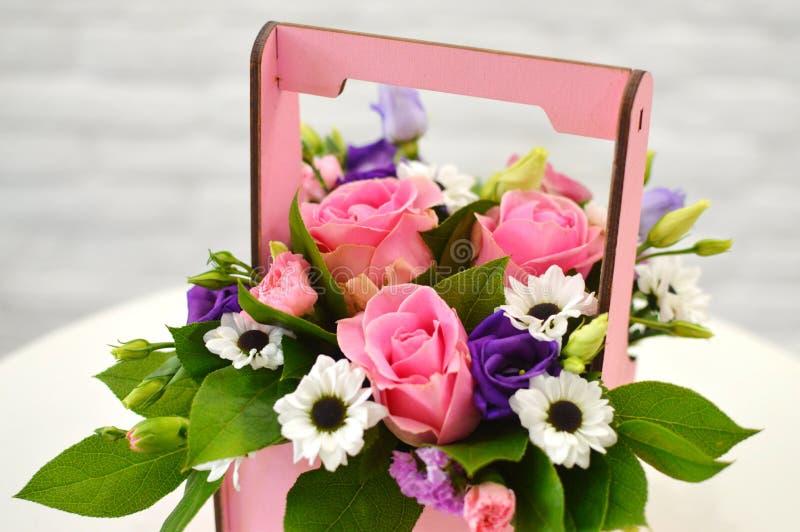 Bello mazzo blu dei fiori in una scatola di legno fotografia stock libera da diritti